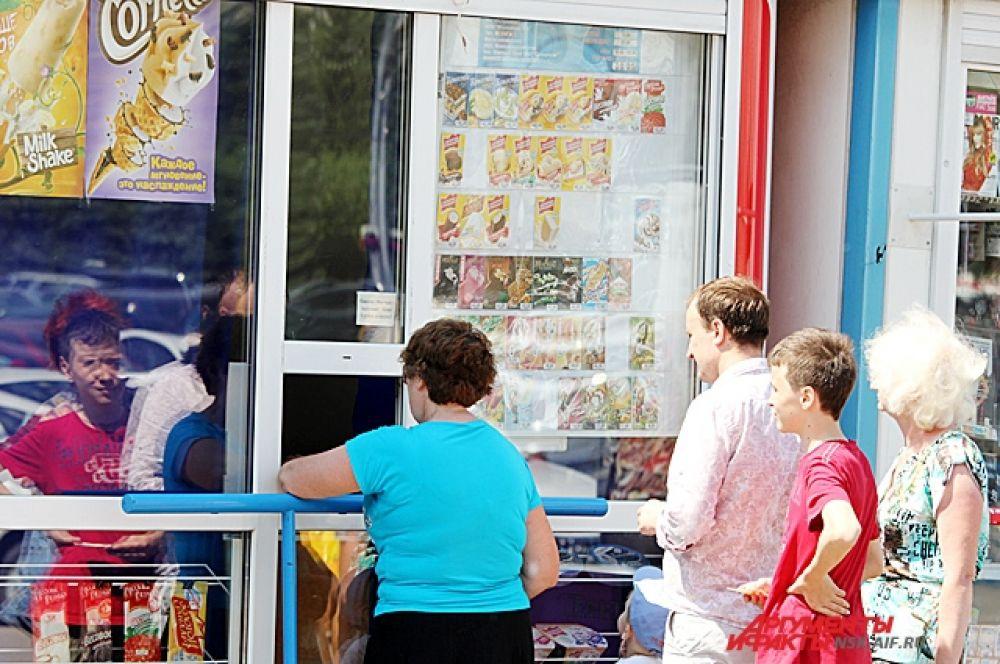 Очереди в торговые киоски с мороженым - непременный атрибут жаркого новосибирского июня.