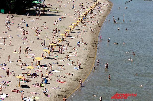 Городские пляжи заполнены людьми.