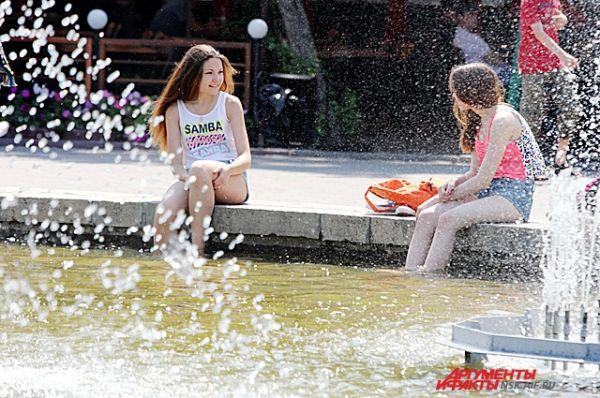 Тем, кто не может выбраться за город - помогут городские фонтаны.