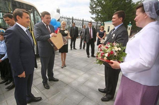 Многодетная семья Родионовых из Ирбита получила в подарок микроавтобус