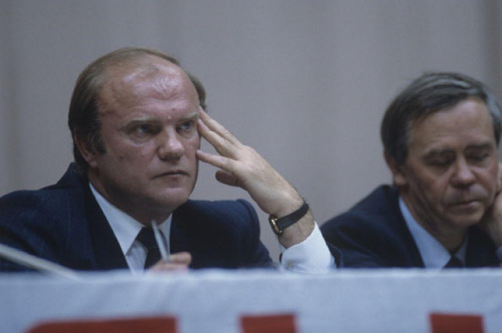 В 1991 году Зюганов был среди тех, кто подписал обращение «Слово к народу», в котором описывались меры по предупреждению распада СССР. Тогда же он был избранном членом координационного совета движения «Отчизна».