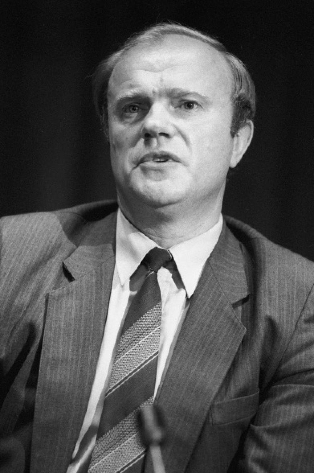 Геннадий Зюганов вступил в КПСС в 1966 году. К тому моменту он уже отслужил в радиационно-химической разведке. Из первого секретаря Орловского обкома ВЛКСМ через несколько лет он превратился в заведующего сектором в отделе агитации и пропаганды ЦК КПСС.