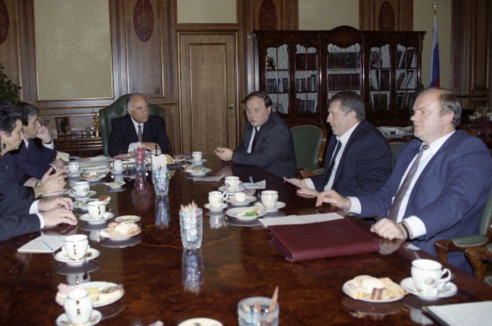 После дефолта в августе 1998 года Ельцин предложил Черномырдина на должность премьера, но несогласие Зюганова с этой кандидатурой привело к тому, что пост достался Примакову.