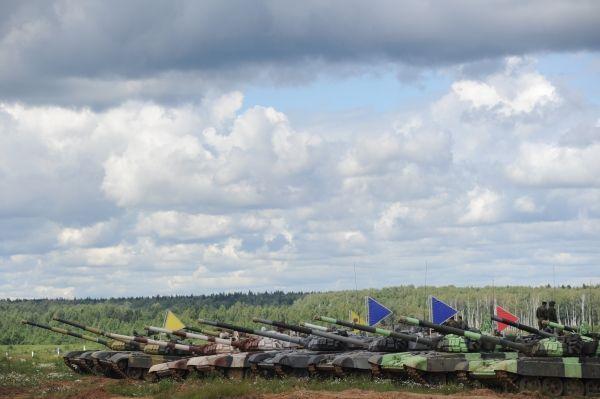 Танки Т-72Б на полигоне 2-й гвардейской мотострелковой Таманской дивизии.