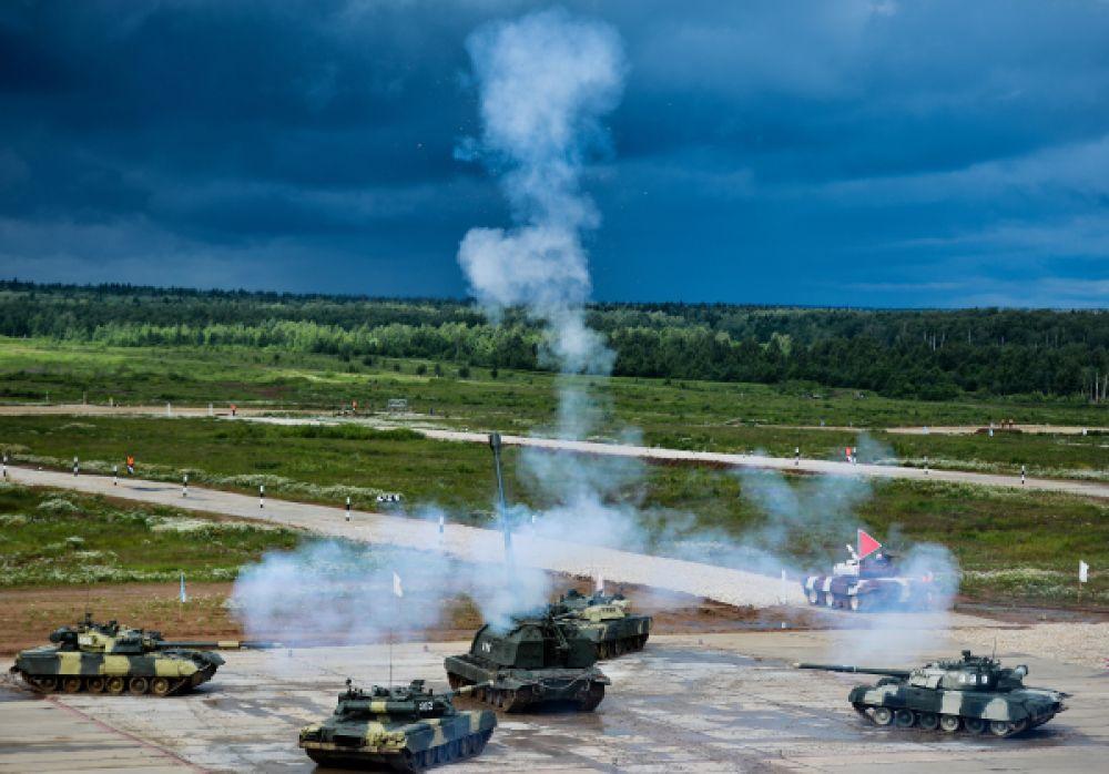 Показательные выступления «Танковый балет» на танках Т-90 в исполнении военнослужащих Кантемировской танковой дивизии.