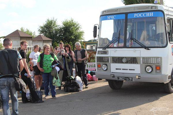 Автобусы МЧС доставляют беженцев до вертолетной площадки.