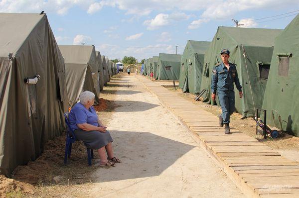 В лагере четыре улицы, люди живут в палатках, они обеспечены питанием.
