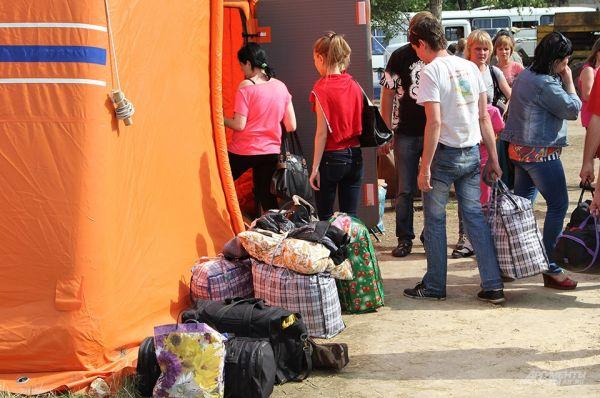 Регистрация занимает около одного часа, после чего людей расселяют по палаткам.