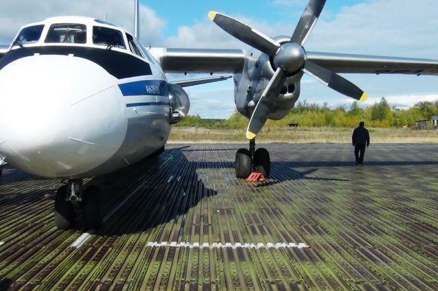 Самолёт на взлетной полосе Охотска