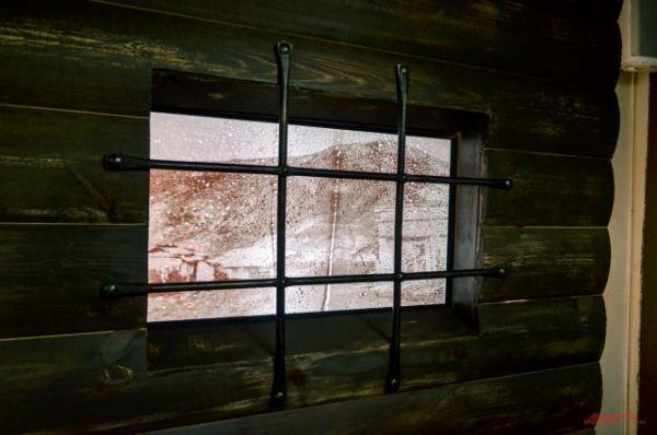 За окном «тюрьмы» идет дождь даже, когда за настоящим окном солнечно.
