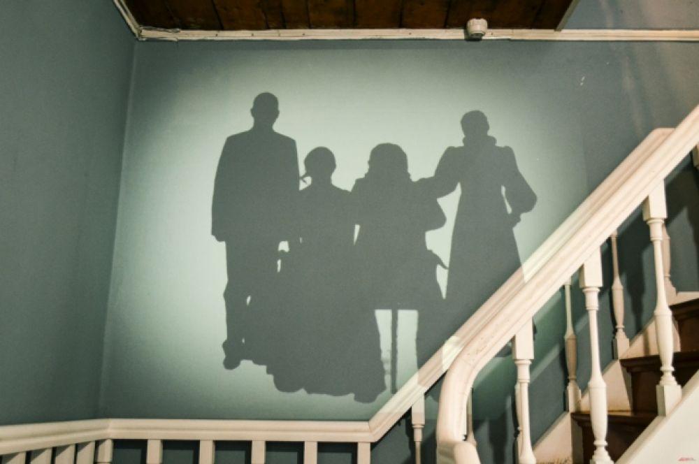 Тени исторических хозяев дома встречают современных гостей усадьбы.