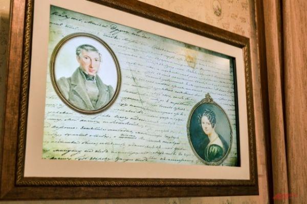 Картин-телевизор показывает небольшой фильм, в котором профессиональные актеры озвучили любовные письма супругов Трубецких.