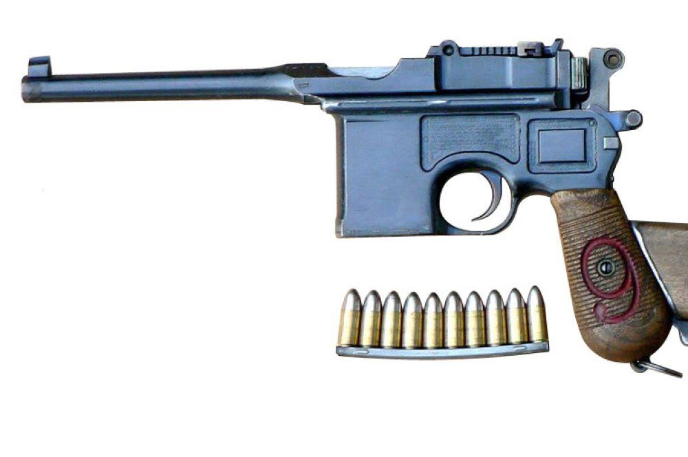 В 1895 году в экспериментальном цеху компании Mauser братья Федерле разработали пистолет C96. Для того времени это был один из самых мощных пистолетов, а позиционировался он и вовсе как легкий карабин. Правда, из-за разброса пуль по горизонтали в несколько метров C96 не подходил для прицельной стрельбы. В общей сложности было произведено около миллиона экземпляров этого пистолета, а благодаря кино он стал узнаваемой в России частью образа чекиста.
