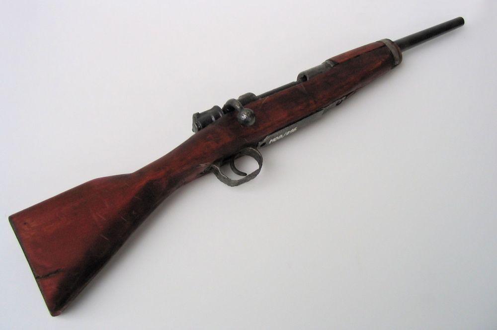 Винтовка Mauser 98, выпущенная в 1898 году, вплоть до Второй Мировой войны оставалась на вооружении многих стран мира, считаясь одной из самых точных и надёжных в мире. В общей сложности было продано от 91 до 125 миллионов экземпляров этой винтовки и считается самой массовой неавтоматической винтовкой в мире. Многие современные снайперские винтовки являются вариацией системы 98-й модели.