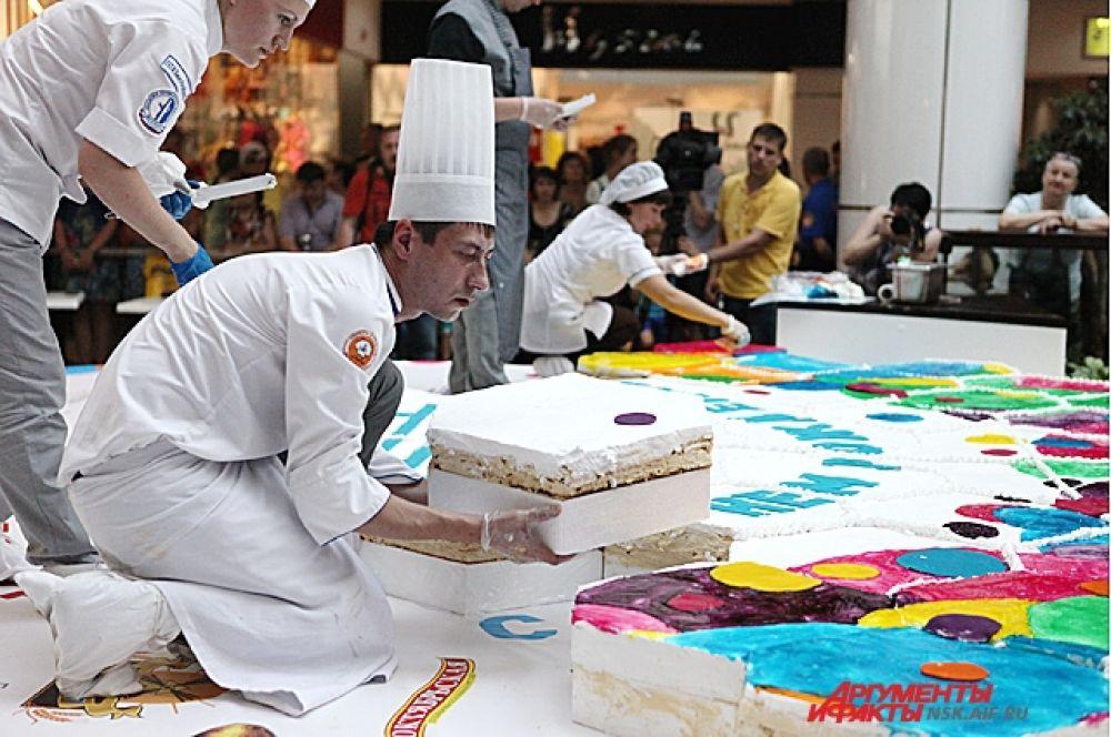 Торт декорирован праздничной символикой Дня города.