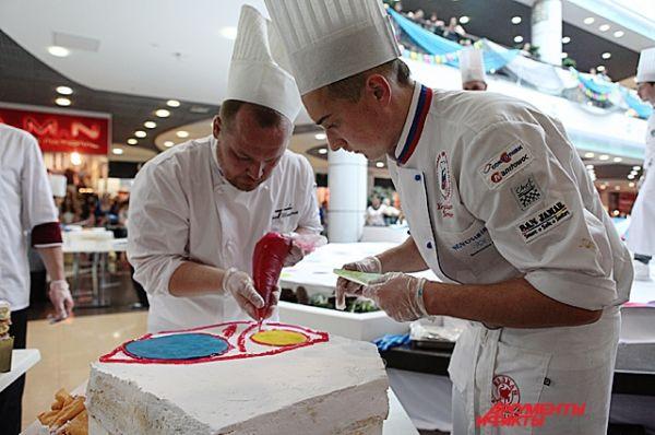 Приготовление торта прошло в формате кулинарного шоу.