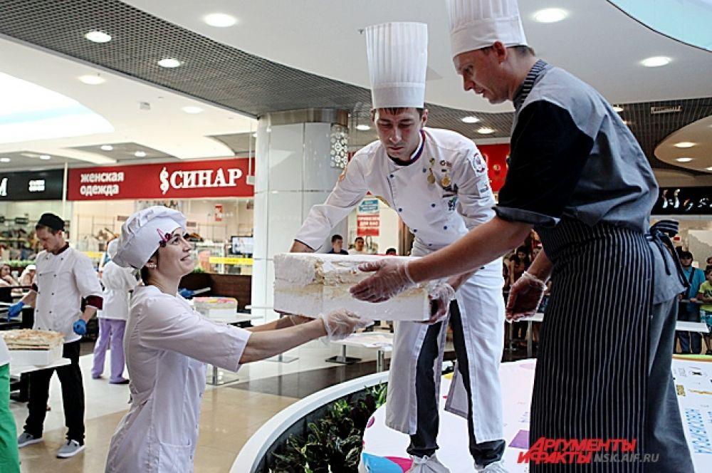 В изготовлении торта участвовали победители фестиваля кулинарного искусства «Сибирское гостеприимство – 2013».