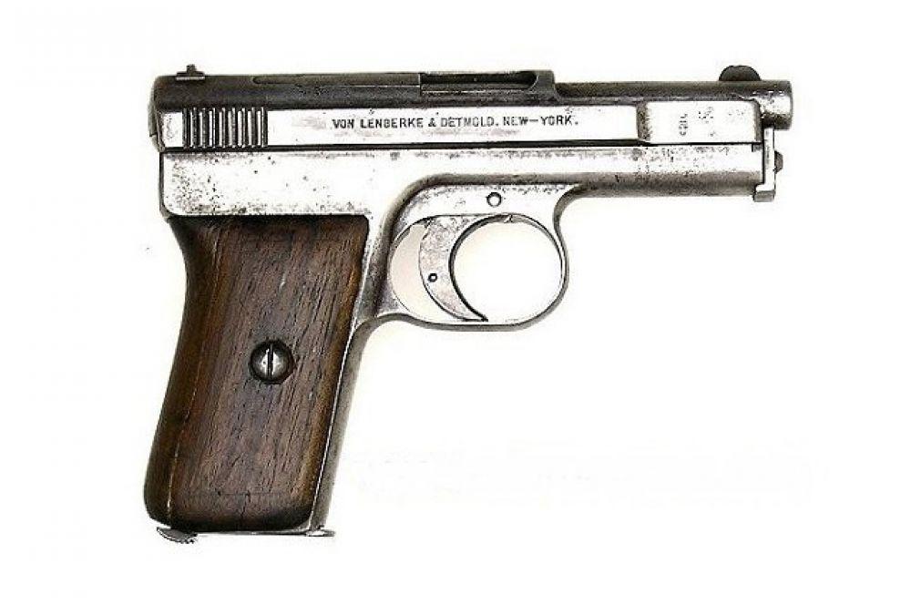 После успеха полуавтоматического пистолета C96 в Mauser было решено создать не столь мощную, но чуть более компактную модель под патрон 9х19 мм Парабеллум. В результате был разработан самозарядный пистолет M1910. Этот пистолет состоял на вооружении Германии, России, Бразилии и Финляндии. Зачастую M1910 использовался как личное оружие офицеров.