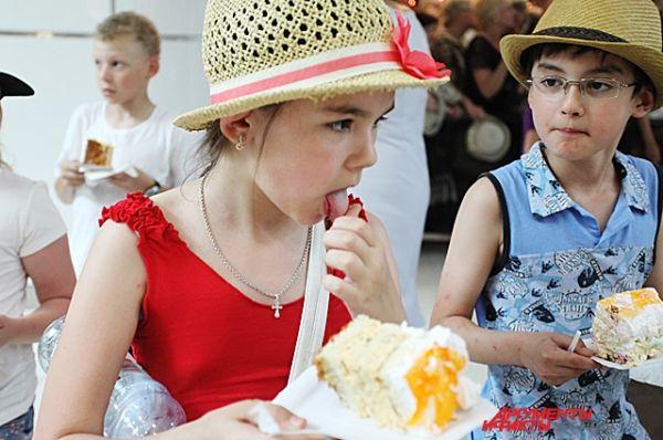 Народная дегустация рекордного торта.