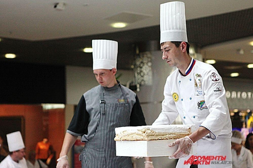 Бисквитный торт с безе в виде круга сформирован из 100 отдельных деталей (пазлов) весом около 10-12 кг.