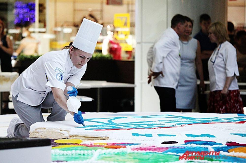 На изготовление лакомства потребовалось более 4,5 тысячи яиц, 100 кг муки, 100 кг сахара, 100 кг вареного сгущенного молока, 300 кг сливок, 100 кг шоколада.