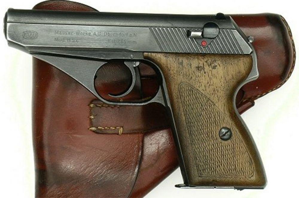В 1941 году на вооружение Вермахта был принят пистолет Mauser HSc. Он изначально разрабатывался для скрытого ношения, а в годы войны был табельным оружием служащих Люфтваффе и КригсМарине.