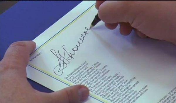 Петр Порошенко подписал экономическую Ассоциацию с ЕС ручкой из Вильнюса