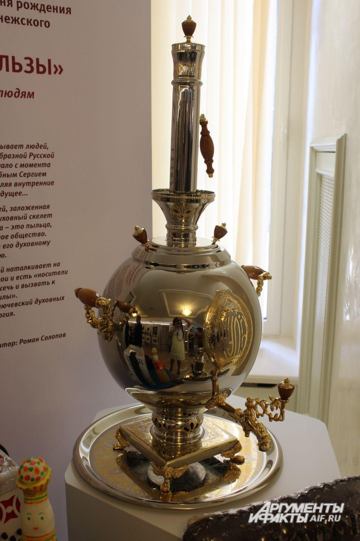Среди экспонатов традиционные самовары....