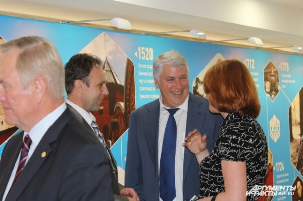 Словно случайно встретившись на чужбине, чиновники, облдепы, члены СФ от Тульской области, радостно обнимаются и отправляются на выставку-презентацию региона.