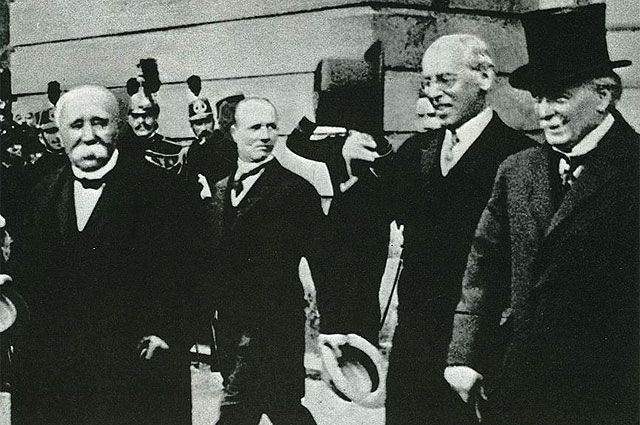 Подписавшиеся стороны Версальского мира. Ж. Клемансо, В. Вильсон, Д. Ллойд Джорж. Париж, 1919 год