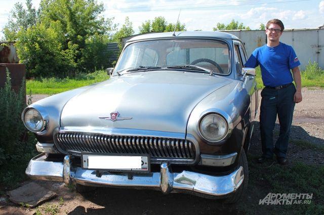 Виталий наводит в автомобиле марафет перед свадьбой знакомых.