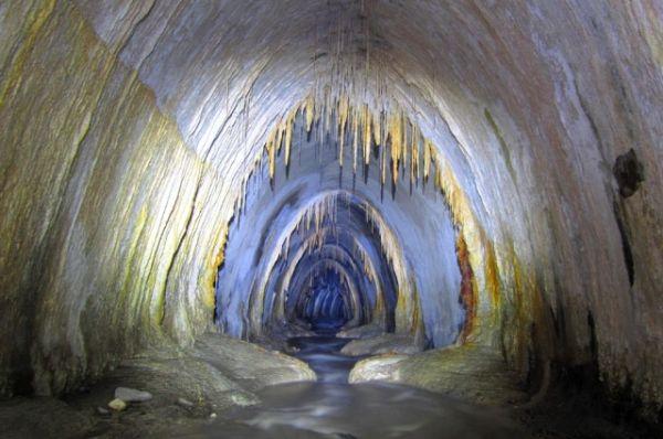Свое имя Белая получила из-за обилия белоснежных сталактитов.