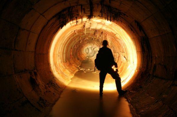 Есть под землей и метровые сталактиты.