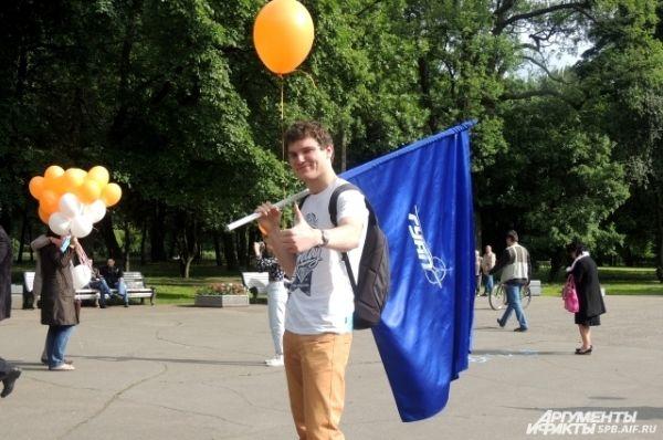 Молодые люди гуляли по парку с воздушными шариками.