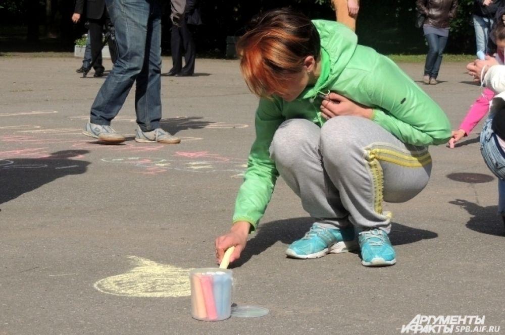 Всем желающим раздали разноцветные мелки.