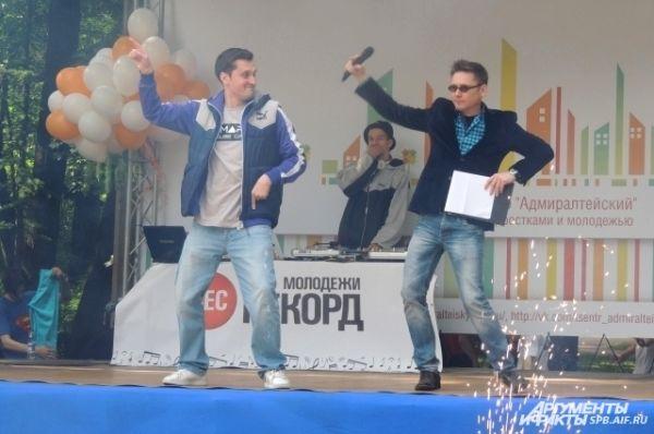 Ведущие развлекали публику шутками и танцами.