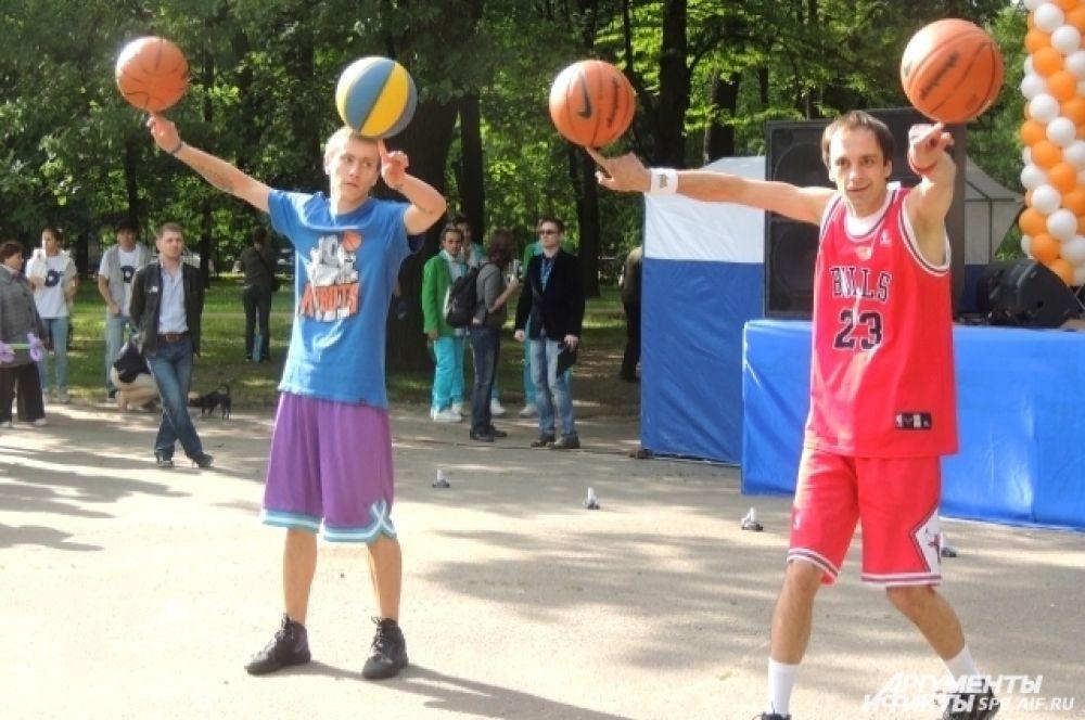 Баскетболисты продемонстрировали трюки с мячами.