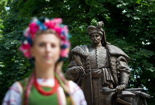 Памятник создателю первой украинской Конституции