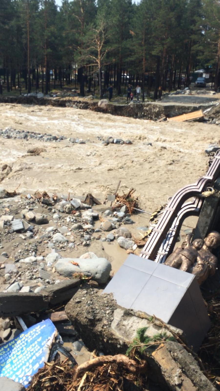 Теперь полотно моста разрушено, скульптуры завалены камнями и ломом.