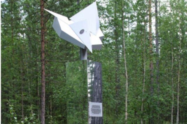 Памятная стелла, установленная к 100-летию Тунгусского метеорита в районе его падения.