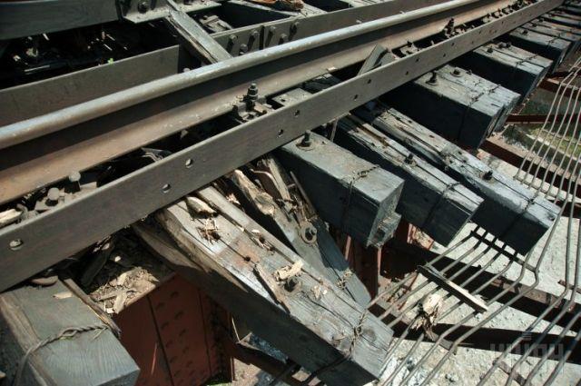 Поврежденное от взрыва железнодорожное полотно