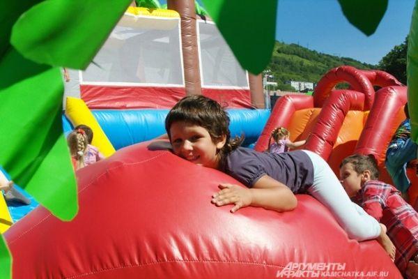Дети во всю осваивали воздушные замки.