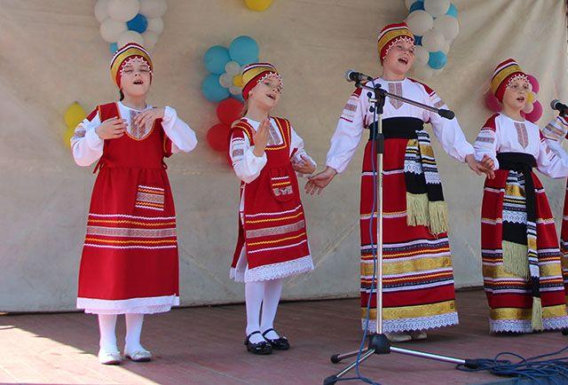 Фольклорное выступление на украинском языке во Владивостоке.