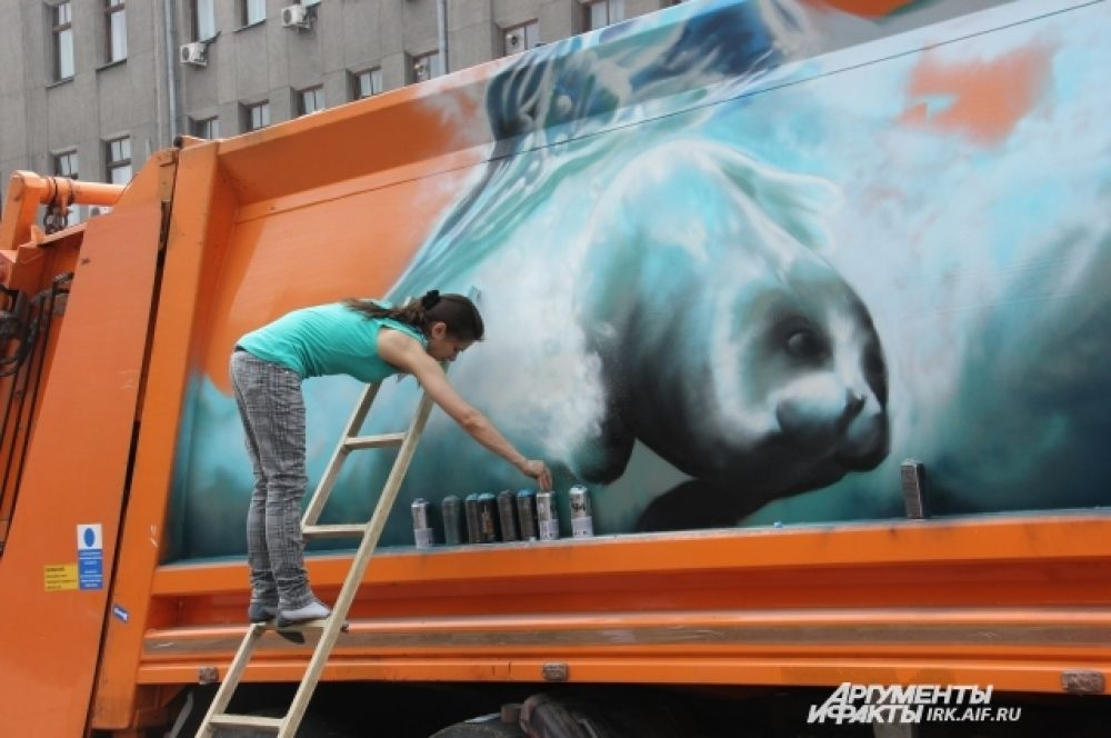 Иркутяне увидили, как уличные художники превратили грузовики в настоящие произведения искусства.