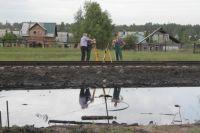 Мазутное озеро образовалось между железнодорожными путями.