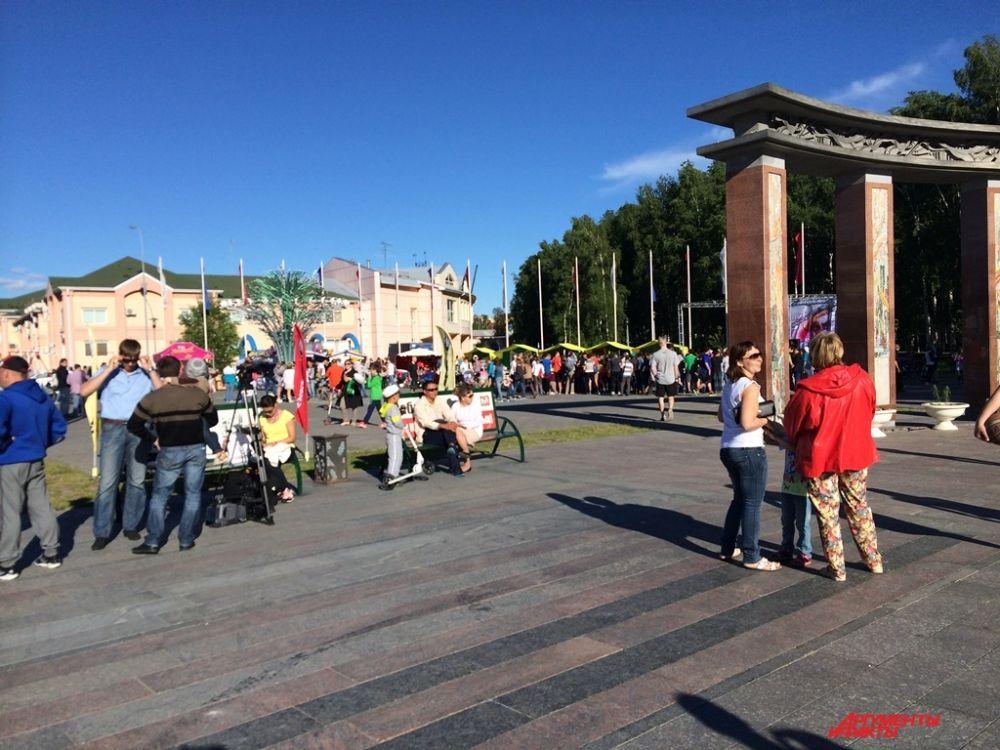 Ближе к 16:00 в Парке Бориса Лосева начались праздничные мероприятия, посвященные Дню молодежи.