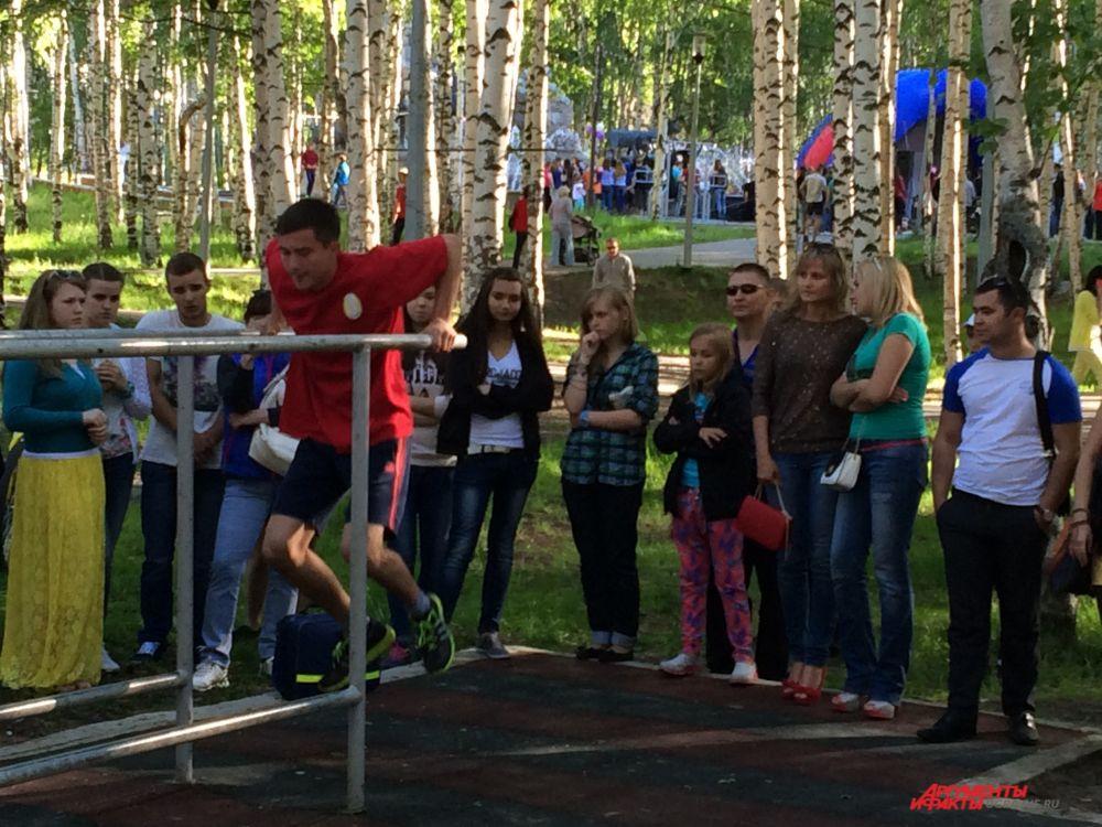 В парке представители стрит-воркаута показывали гимнастические и акробатические номера.