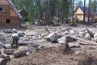 Поток с гор принес в поселок ил и огромные камни, которые разбивали дома и постройки.