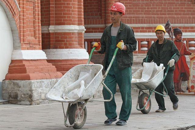 Мигранты приехали в Омск на работу.