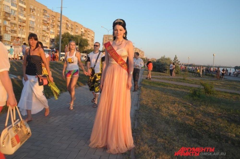 Королева бала. Девушка сама выбрала себе роль и отлично с ней справляется. Изысканное, романтичное платье и царственные аксессуары, выглядят органично и эффектно.